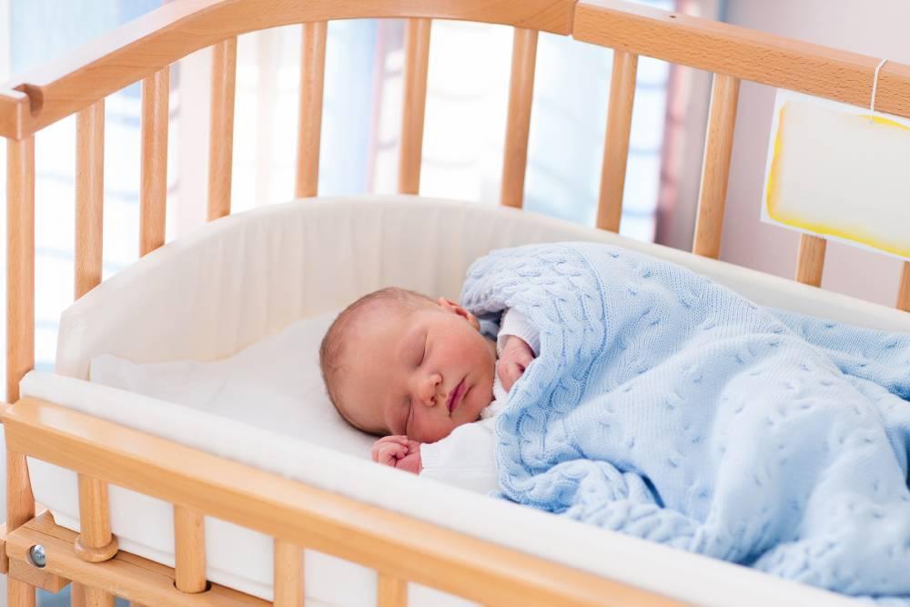 Советы по выбору деревянной кроватки для новорожденного и инструкция, как сделать её своими руками