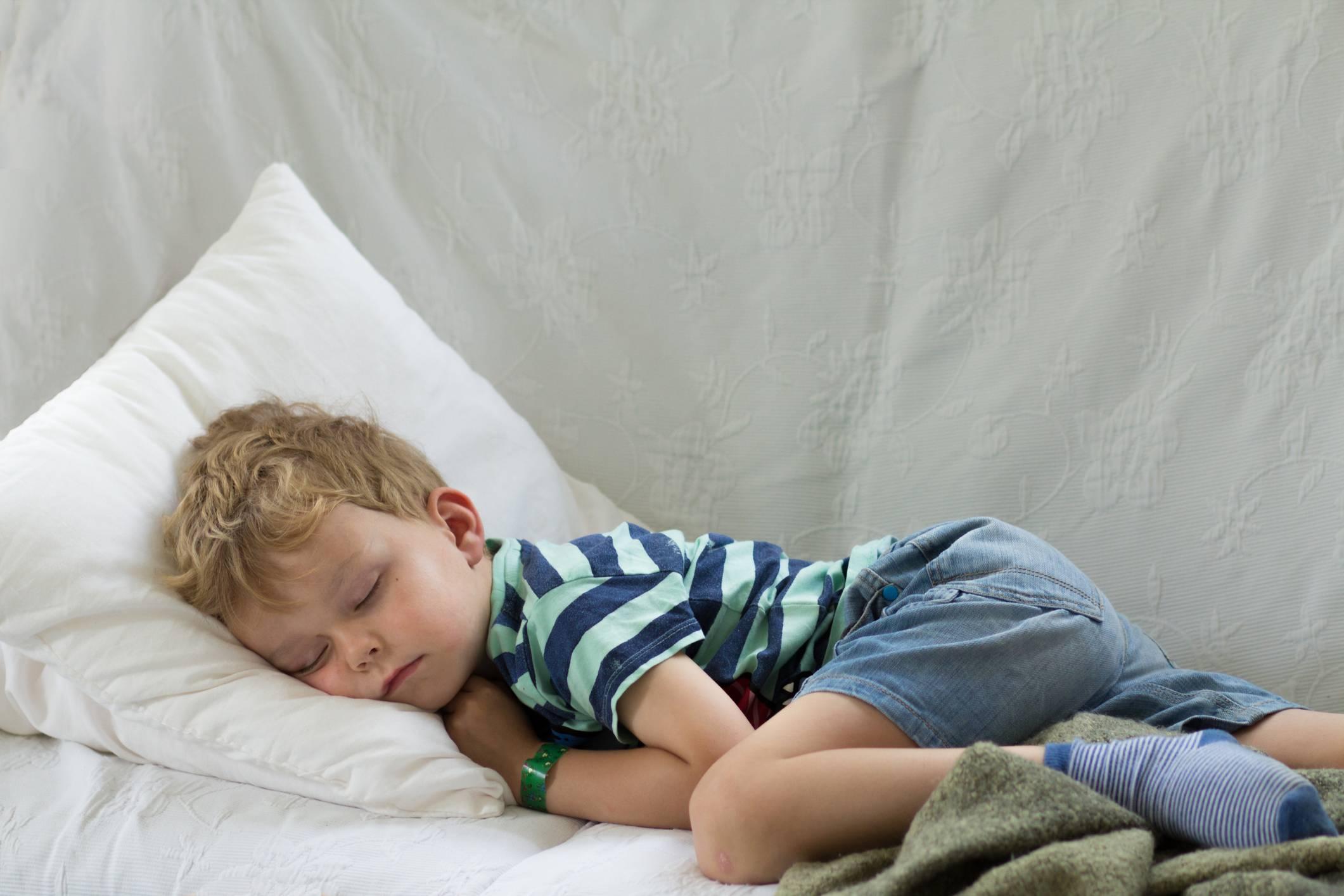 Почему ребенок скрипит зубами во сне, что делать?