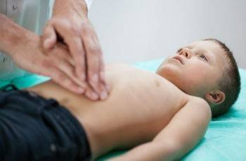 У ребенка болит живот – в чем причина и как помочь крохе?