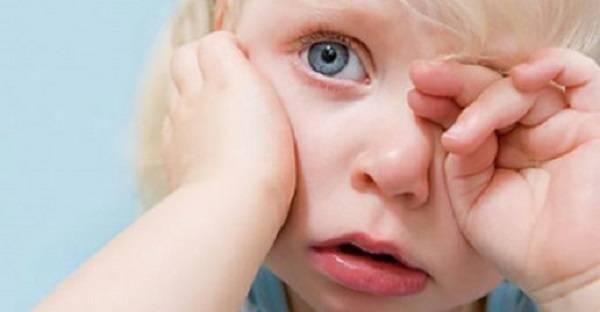 Ворсинка в глазу у новорожденного! как вытащить?