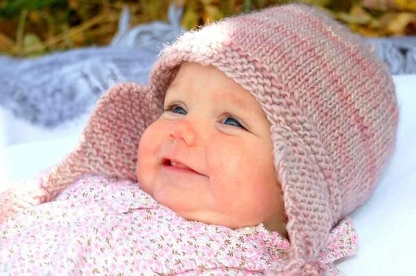 Вязаная шапочка новорожденным мальчикам и девочкам