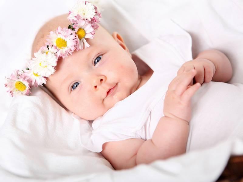 Развитие ребенка в 4 месяца: что должен уметь, новые навыки, польза грудного молока, рост и вес - календарь развития ребенка