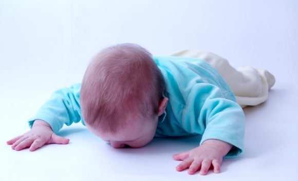 Что делать, если ребенок ударился головой: инструкция для родителей