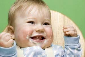 Почему ребенок срыгивает после кормления молоком