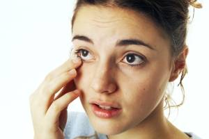 Что делать, если в глаз попала ресница?