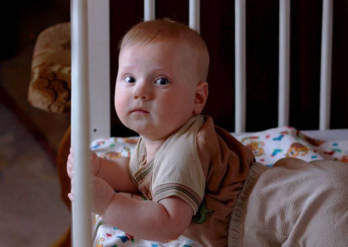 Что делать, если новорожденный ребенок не спит ночью?