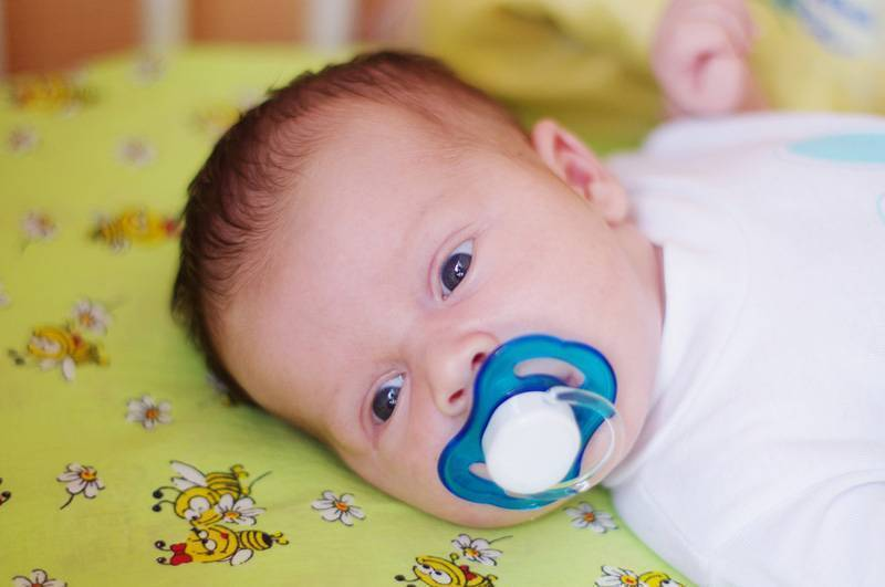 Когда ребенок начинает смеяться в голос: во сколько месяцев грудничок смеется со звуком, в каком возрасте и может ли так смеяться новорожденный
