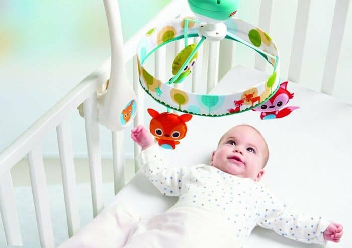 Игрушки над кроватью для новорожденных