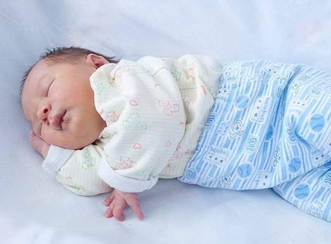 Как одеть новорожденного летом на прогулку и дома?