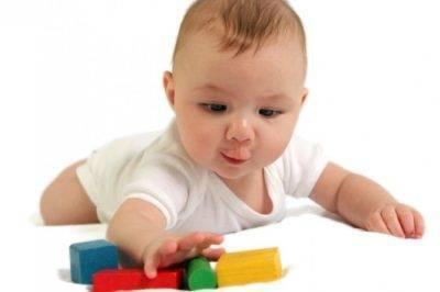 Со скольки месяцев грудничок начинает удерживать в ручках разнообразные игрушки и другие предметы?
