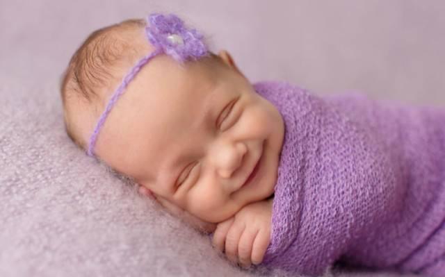 Когда ребенок начинает улыбаться осознанно