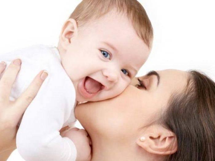Когда ребенок начинает улыбаться и агукать осознанно?