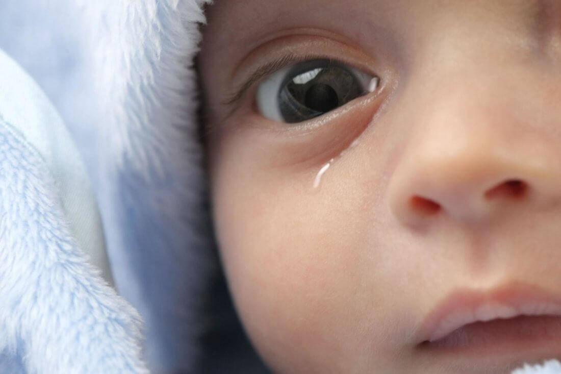 Причины появления выделений из глаз ребенка и что нужно предпринять