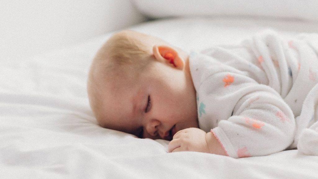 Что делать, если ребенок кашляет во время сна: первая помощь и дальнейшее лечение