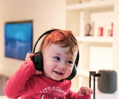 На какой день после рождения младенец начинает слышать и видеть?