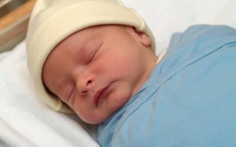 Почему во сне новорожденный закатывает глаза и когда беспокоиться?