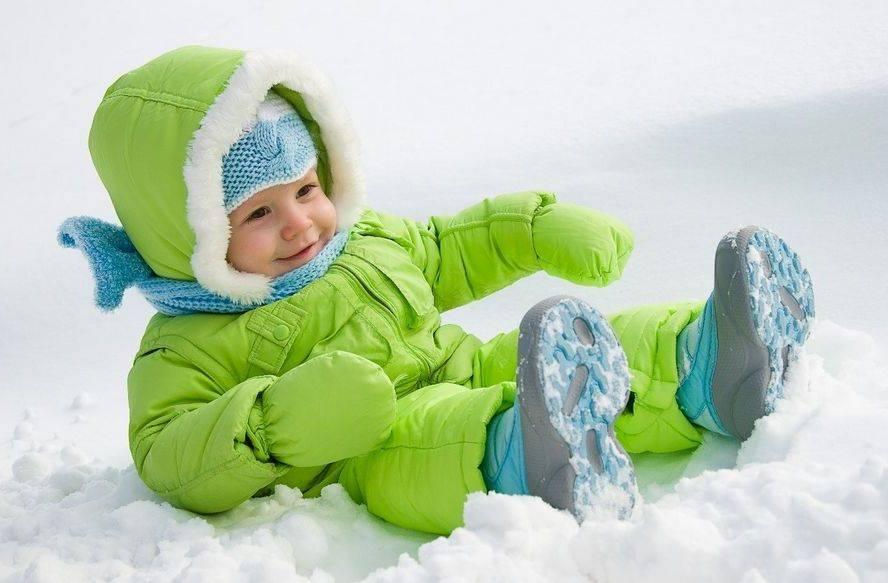 Можно ли гулять с ребенком с температурой? мнение специалиста
