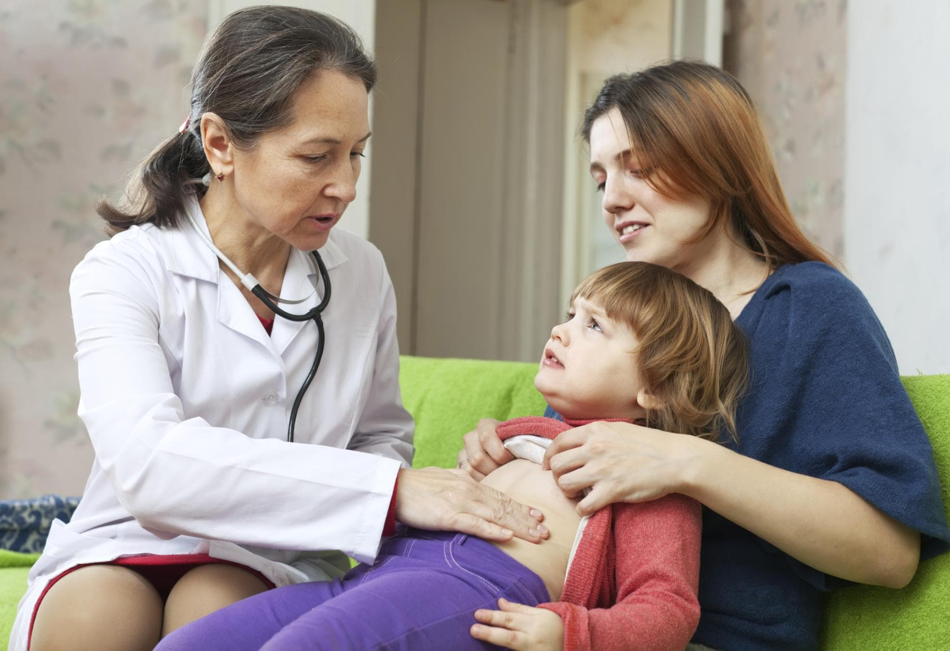 Что делать, если у ребенка болит живот и возникла рвота без температуры