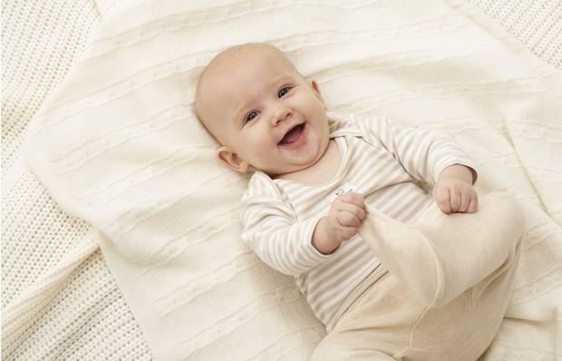 У новорожденного жидкий стул желтого цвета с водой