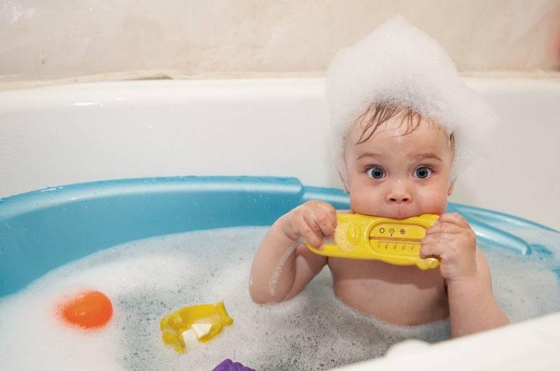 Как правильно купать новорожденного ребенка в ванночке