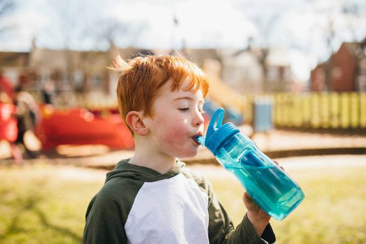 Пьем и не проливаем – как научить ребенка пить из поильника