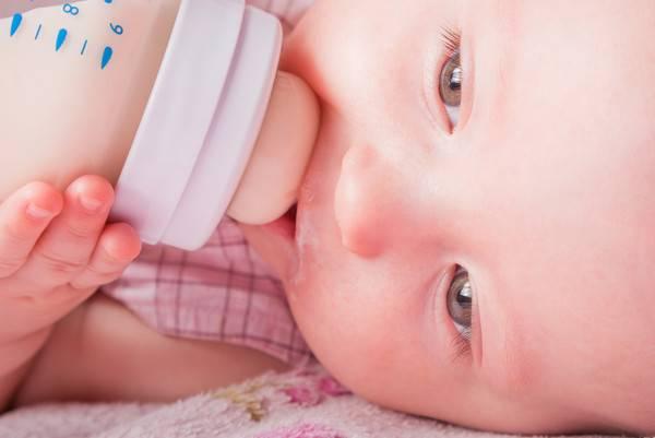 Коровье молоко для грудничка — с какого возраста можно давать