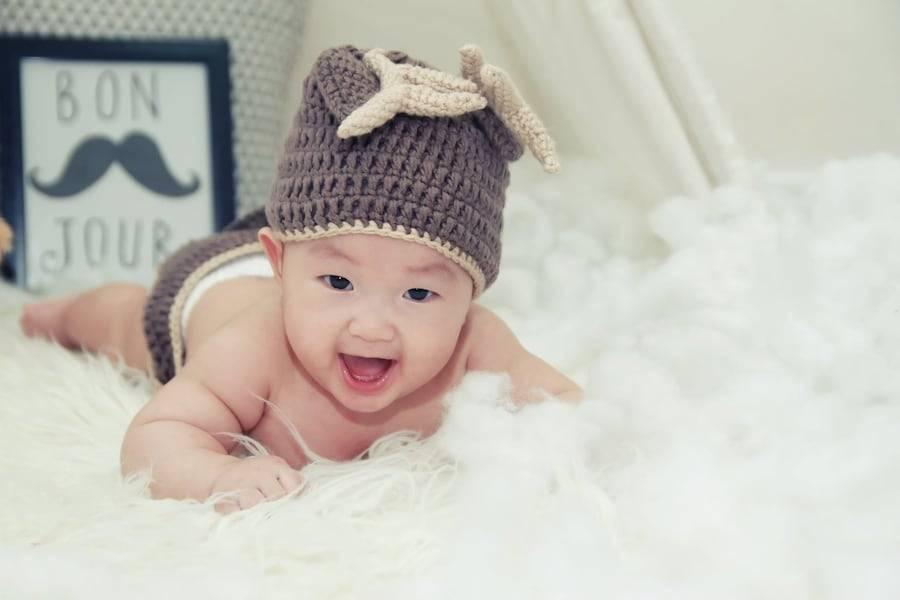 Уже не младенец: что должен уметь делать ребенок в пять месяцев