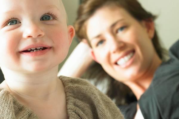 У ребенка слезятся глаза с насморком, температурой: причины и лечение