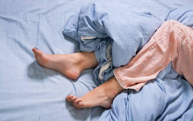 У новорожденного трясется подбородок, руки, ноги – что это и как лечить?