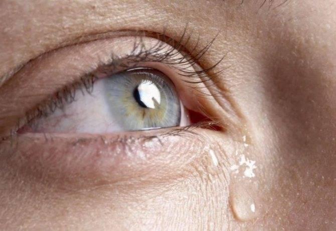 Слезится глаз у новорожденного: причины и лечение