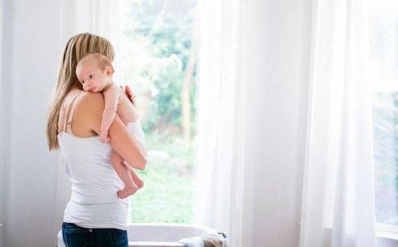 Как помочь малышу отрыгнуть воздух?