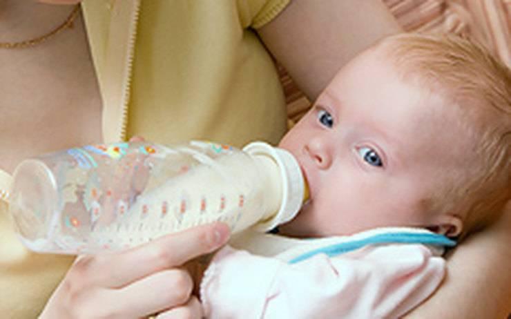 Как правильно кормить новорождённого смесью: по времени и количеству