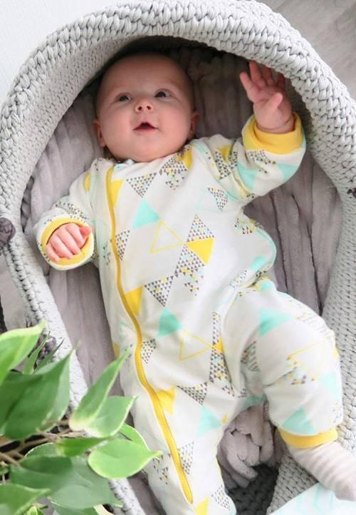 Как одевать новорождённых на выписку летом?