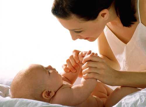 Почему ребенок отказывается от грудного молока и плачет, что делать