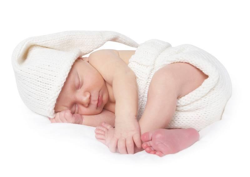 Как правильно почистить уши грудному ребенку