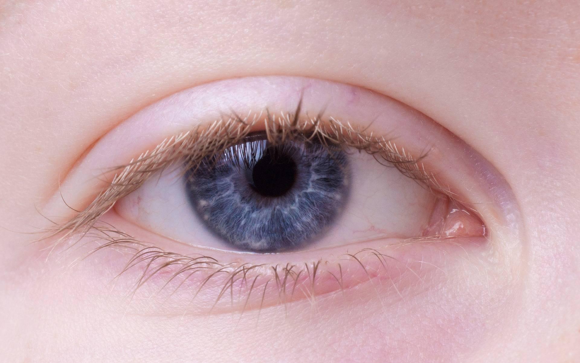 Выделения из глаз у ребенка – что предпринять?