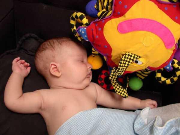 Что должен уметь ребенок в 5 месяцев: критерии развития мальчика, девочки
