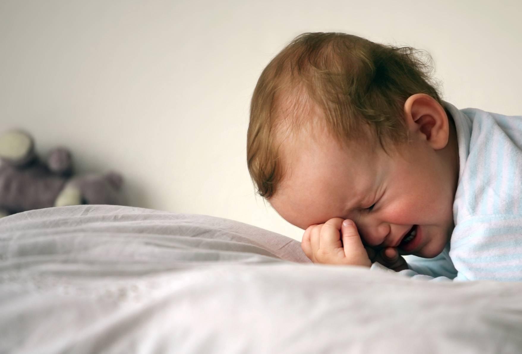 Ребенок плачет во сне и не просыпается — что делать