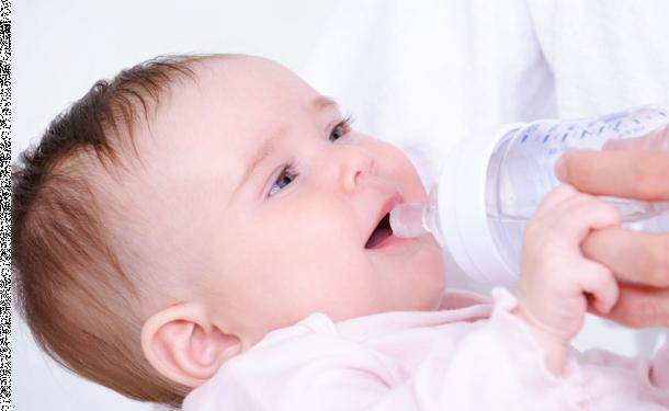 Допаиваете ли вы водичкой малышей?