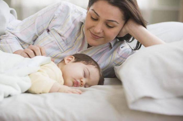 Почему малыш вздрагивает во сне