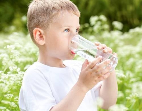 Сколько воды давать ребенку в день???