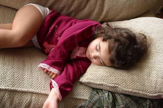 Новорожденный ребенок дергается или трясется: причины и лечение тремора новорожденных