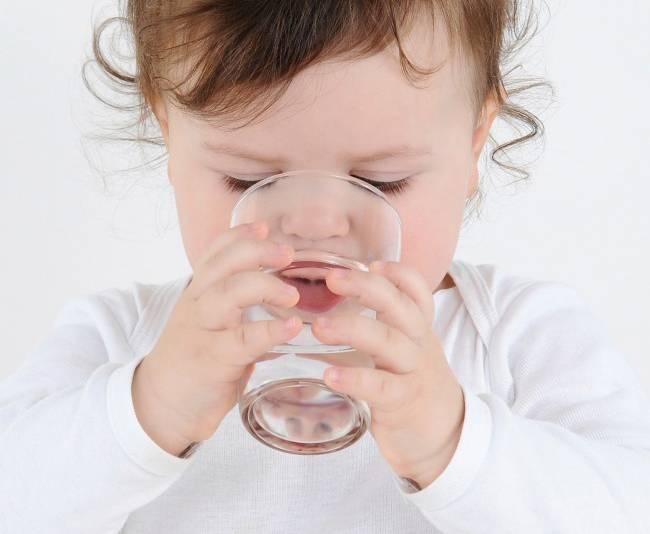 Почему ребенок пьет много воды: физиологические и патологические причины жажды