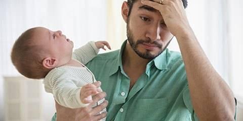 Почему ребенок во время кормления выгибается и плачет
