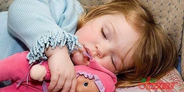 Новорожденный во сне кряхтит, скулит, сопит, стонет, поджимает ножки, куксится