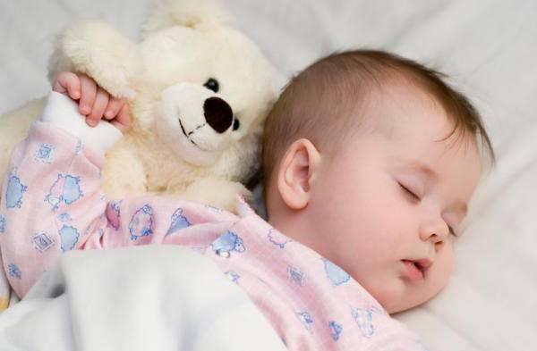 Можно ли новорожденному спать на спине?
