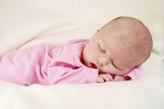 Можно ли новорожденному спать на животе? сон младенца на животе – плюсы и минусы