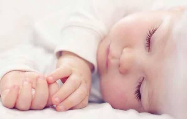 Основные причины почему новорожденный кряхтит и тужится во сне