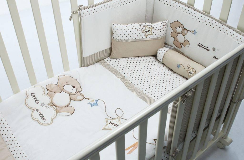 Постельное белье в кроватку для новорожденных: как выбрать детский комплект и что входит в набор для кровати с бортиками?