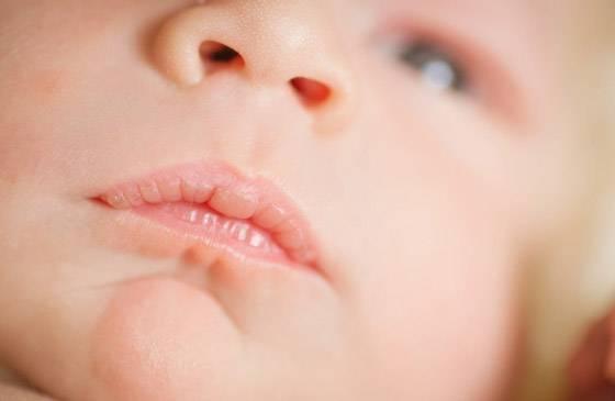 У новорожденного трясется нижняя губа